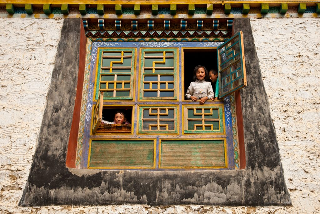 Yamashita photo - children and Tibetan architecture